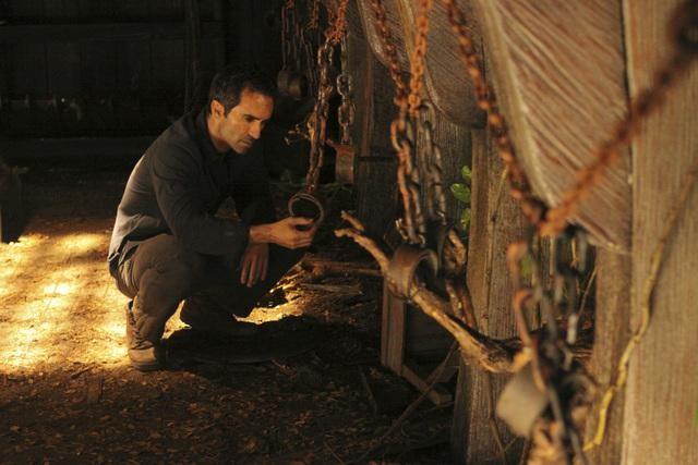 Nestor Carbonell in una scena dell'episodio Dr. Linus di Lost