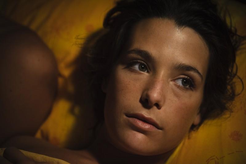 Primo piano di Martina Codecasa dal film Sul mare