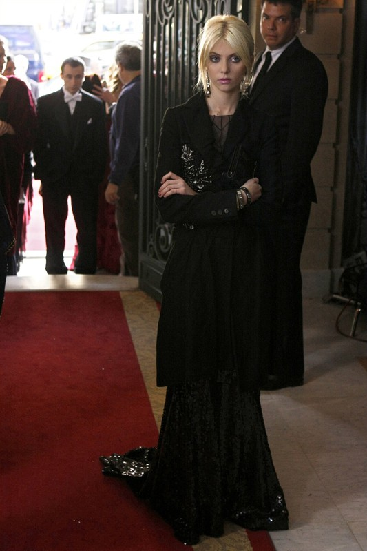 Taylor Momsen, elegantissima, in un momento dell'episodio The Hurt Locket di Gossip Girl