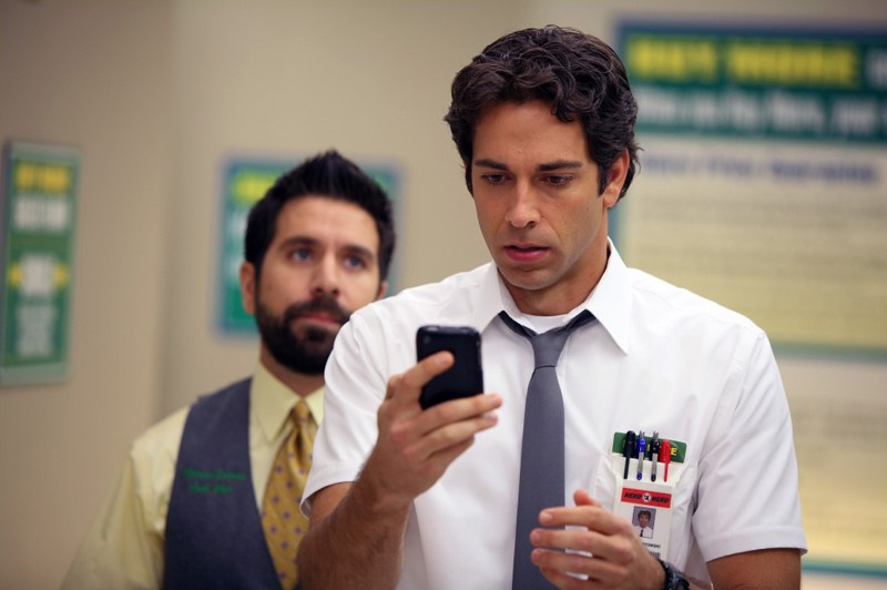Chuck (Zachary Levi) con alle spalle Morgan (Joshua Gomez) nell'episodio Chuck Vs. The Beard