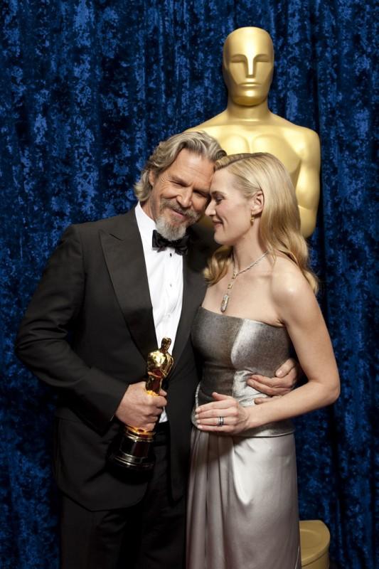 Oscar 2010, Jeff Bridges, con l'Oscar ricevuto per 'Crazy Heart' e l'annunciatrice del suo premio, Kate Winslet.