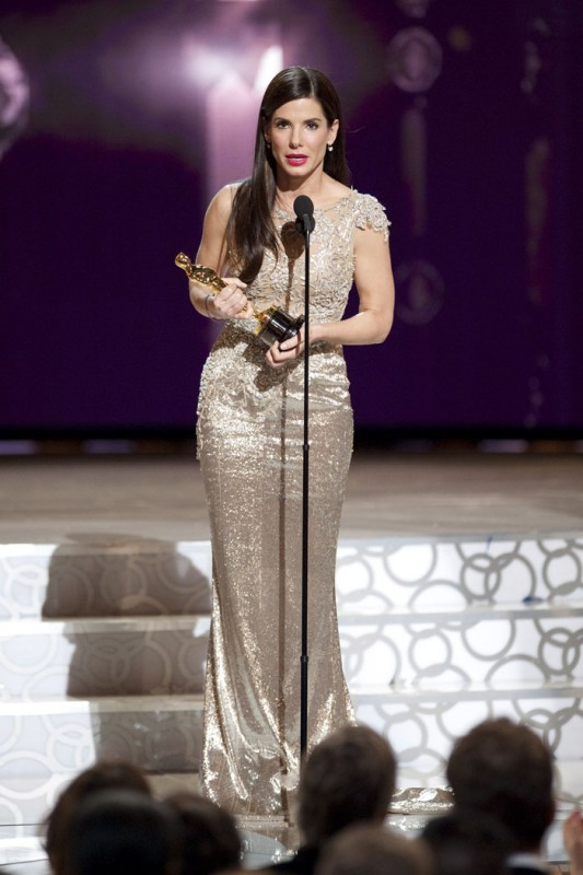 Sandra Bullock riceve l'Oscar per la sua interpretazione in The Blind Side.