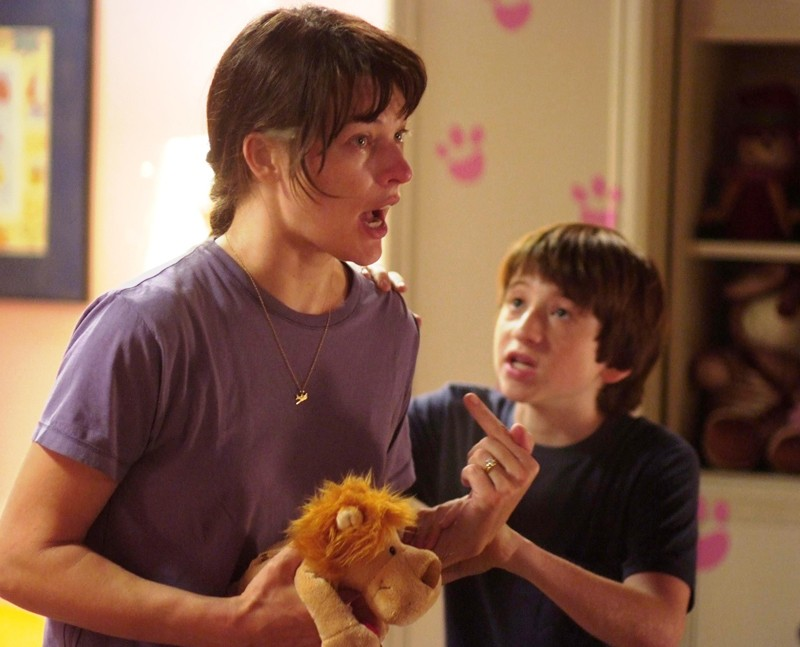 Abbey Tyler (Milla Jovovich) e il figlio Ronnie (Raphaël Coleman) in una scena del film Il Quarto Tipo