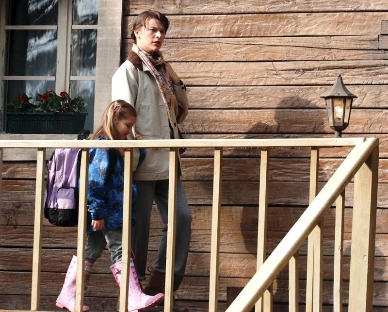 Abbey Tyler (Milla Jovovich) e la figlia Ashley Tyler (Mia McKenna-Bruce) in una scena de Il Quarto Tipo