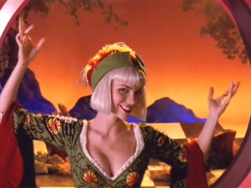 Hudson Leick in una scena di Xena nell\'episodio musicale The bitter suite