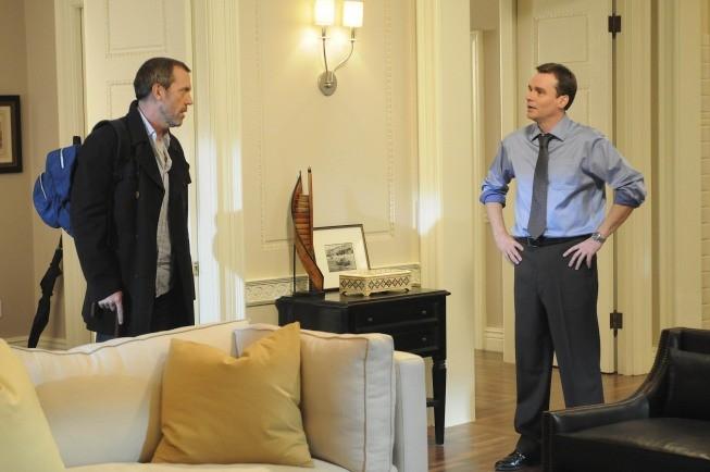 Hugh Laurie e Robert Sean Leonard in una scena di Black Hole dalla sesta stagione di Dr. House: Medical Division