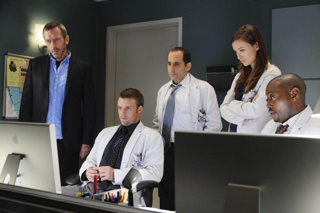 Hugh Laurie, Jesse Spencer, Peter Jacobson, Olivia Wilde e Omar Epps in una scena di Black Hole dalla sesta stagione di Dr. House: Medical Division