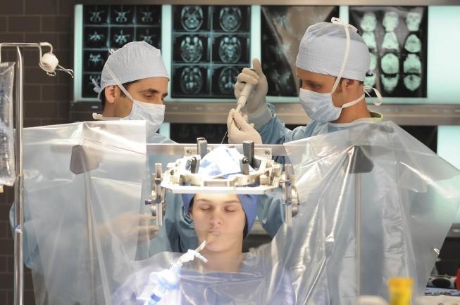 Jesse Spencer e Peter Jacobson in una scena di Black Hole dalla sesta stagione di Dr. House: Medical Division