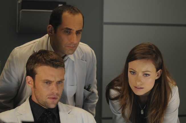 Olivia Wilde, Jesse Spencer e Peter Jacobson in una scena di Black Hole dalla sesta stagione di Dr. House: Medical Division