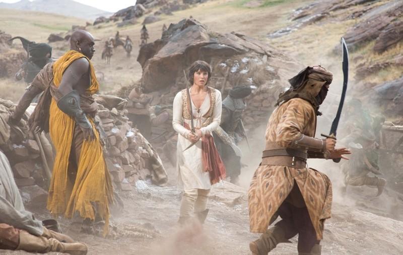 Tamina (Gemma Arterton) in mezzo a un combattimento nel film Prince of Persia: La sabbie del Tempo