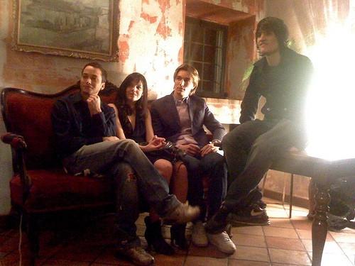 Thomas Cibelli con gli altri attori sul set di Sentirsidire