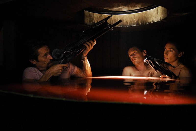Willem Dafoe, Ethan Hawke e Claudia Karvan nel film Daybreakers - L'ultimo vampiro