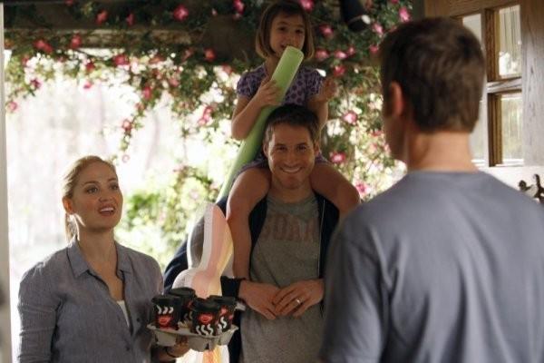 Erika Christensen, Savannah Paige Rae e Peter Krause nell'episodio The Deep End Of The Pool della serie Parenthood