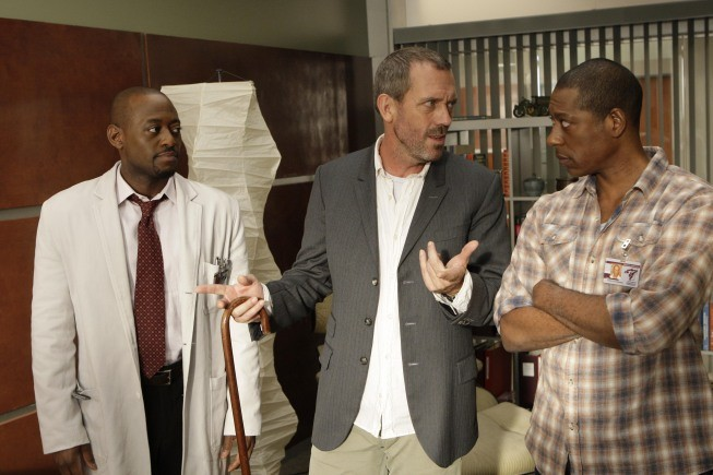 Hugh Laurie e Omae Epps in una scena di Moving the Chains dalla sesta stagione di Dr. House: Medical Division