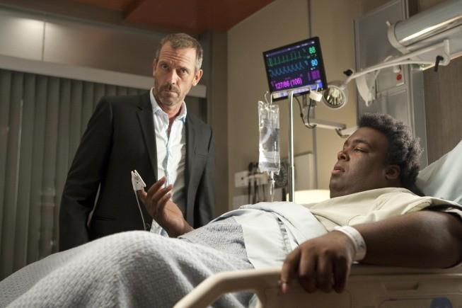 Hugh Laurie in una scena di Moving the Chains dalla sesta stagione di Dr. House: Medical Division
