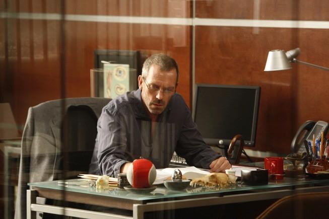 Hugh Laurie in una scena di Moving the Chains, dalla sesta stagione di Dr. House: Medical Division
