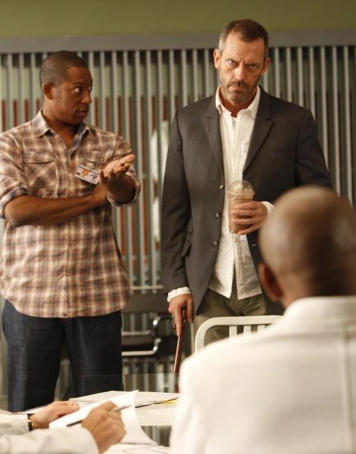 Hugh Laurie in una scena di Moving the Chains tratta dalla sesta stagione di Dr. House: Medical Division
