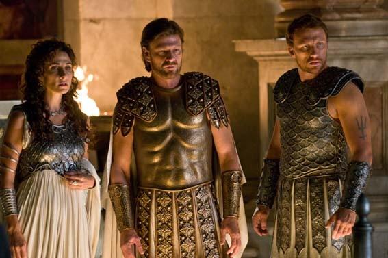 Il confronto tra Atena (Melina Kanakaredes), Zeus (Sean Bean) e Poseidone (Kevin McKidd) nel film Percy Jackson e gli dei dell'Olimpo: Il ladro di fulmini