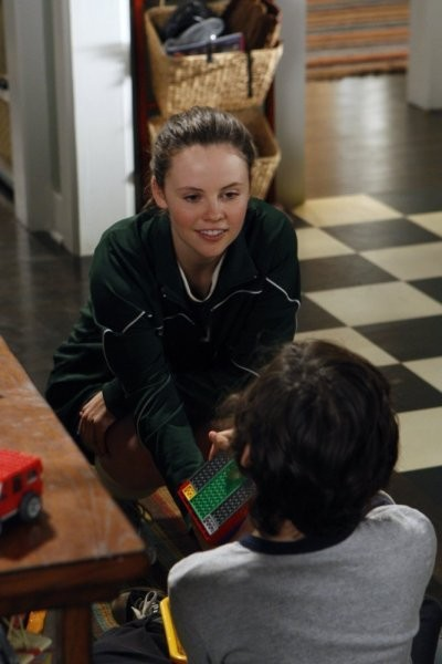 Sarah Ramos e Max Burkholder nell'episodio The Deep End Of The Pool della serie Parenthood