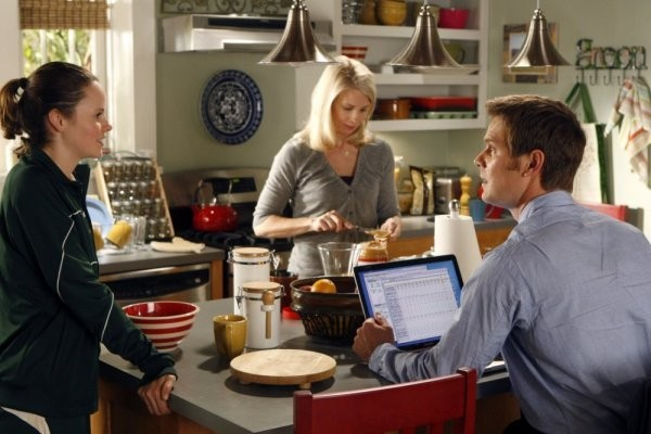 Sarah Ramos, Monica Potter e Peter Krause nell'episodio The Deep End Of The Pool della serie Parenthood