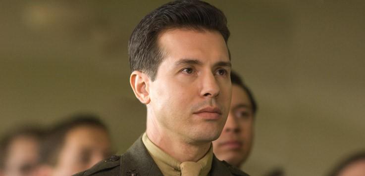 Un primo piano di Jon Seda nel ruolo del Sergente John Basilone nella miniserie The Pacific