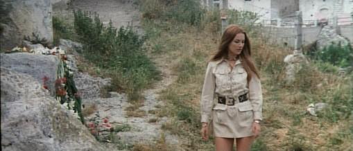 Barbara Bouchet in una scena del film Non si sevizia un paperino