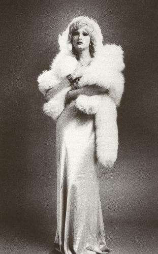 Candy Darling, in una posa glamour ispirata alle divine degli anni '30