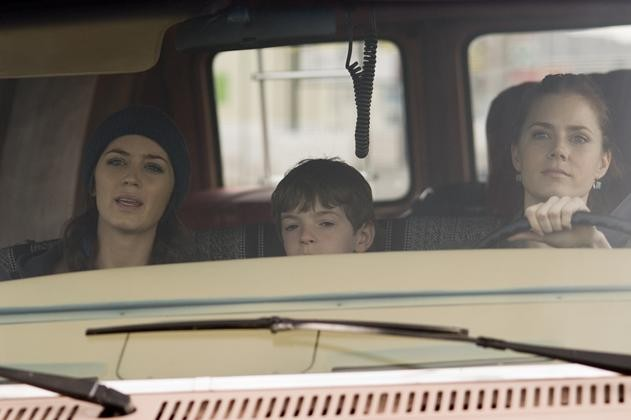 Emily Blunt, Jason Spevack e Amy Adams in una sequenza del film Sunshine Cleaning