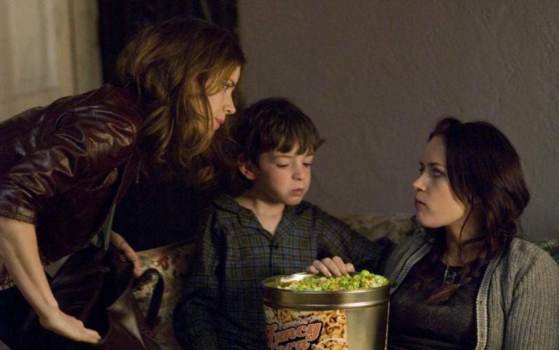 Emily Blunt, Jason Spevack e Amy Adams in una sequenza della commedia Sunshine Cleaning