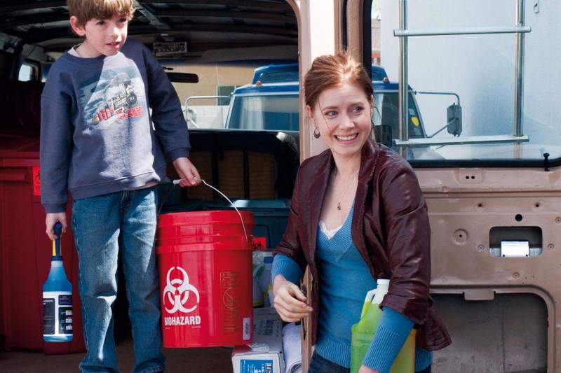 Jason Spevack e Amy Adams in una scena del film Sunshine Cleaning