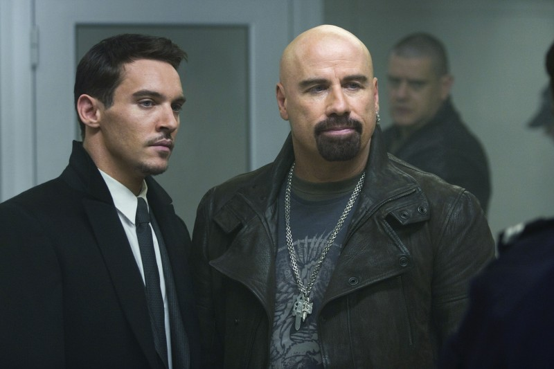 John Travolta e Jonathan Rhys Meyers in un'immagine di From Paris with Love