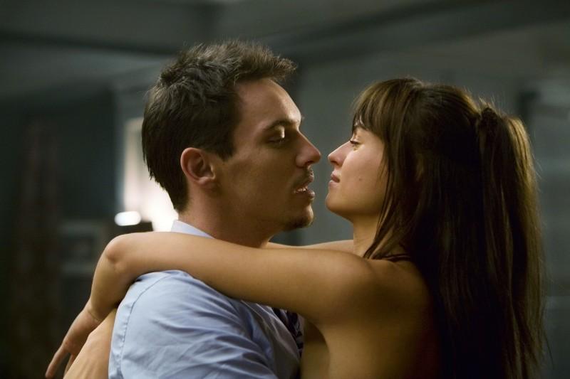Jonathan Rhys Meyers e Kasia Smutniak in una sequenza del film From Paris with Love
