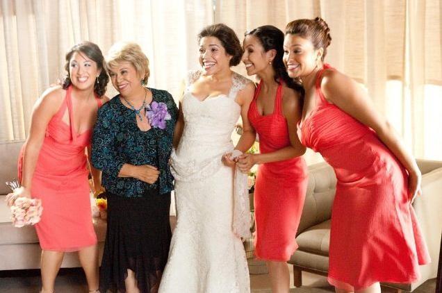 Lucia (America Ferrera) insieme alle sue damigelle d'onore nella commedia Our Family Wedding
