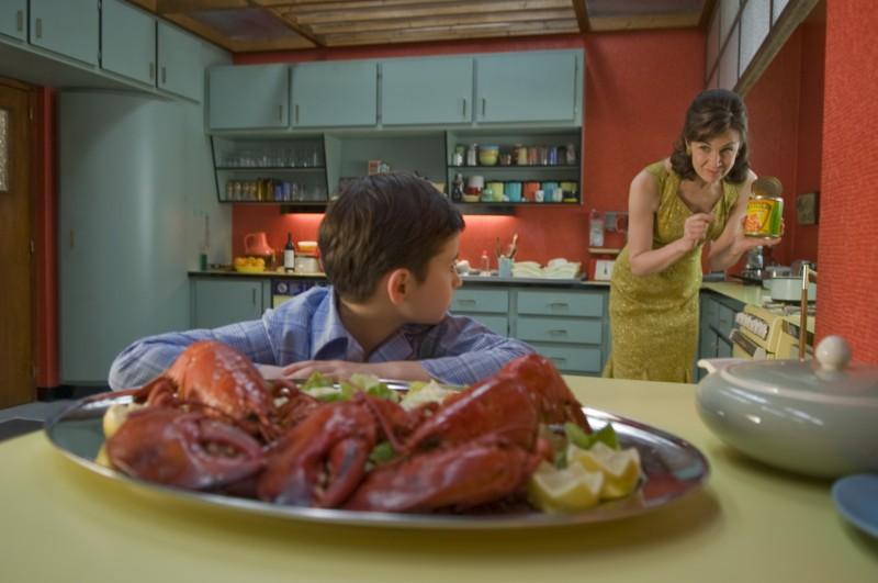 Maxime Godart e Valérie Lemercier in una caleidoscopica immagine della commedia Il piccolo Nicolas e i suoi genitori