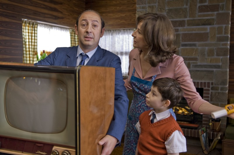 Nicolas (Maxime Godart) insieme ai suoi genitori (Valérie Lemercier e Kad Merad) in un'immagine della commedia Il piccolo Nicolas e i suoi genitori