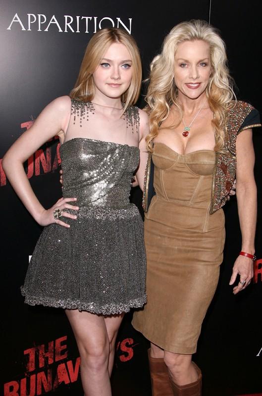 Dakota Fanning con la 'vera' Cherie Currie  alla premiere del film The Runaways a Los Angeles, Marzo 2010