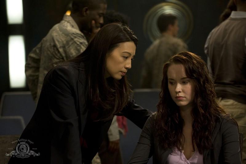 Ming-Na discute con Elyse Levesque in una scena dell'episodio Giustizia di Stargate Universe