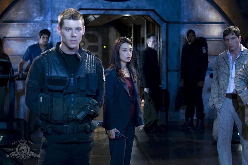 Una scena dell'episodio Giustizia di Stargate Universe con Brian J. Smith e Ming-Na