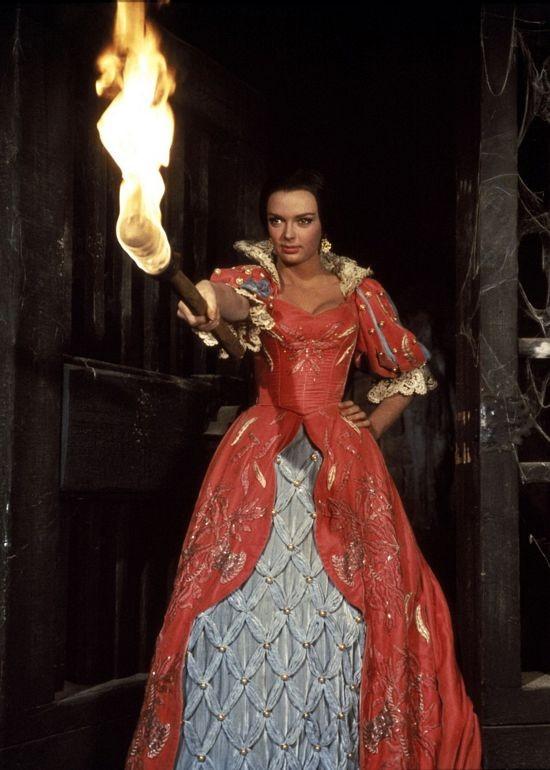 Barbara Steele in una scena del film Il pozzo e il pendolo (1961)