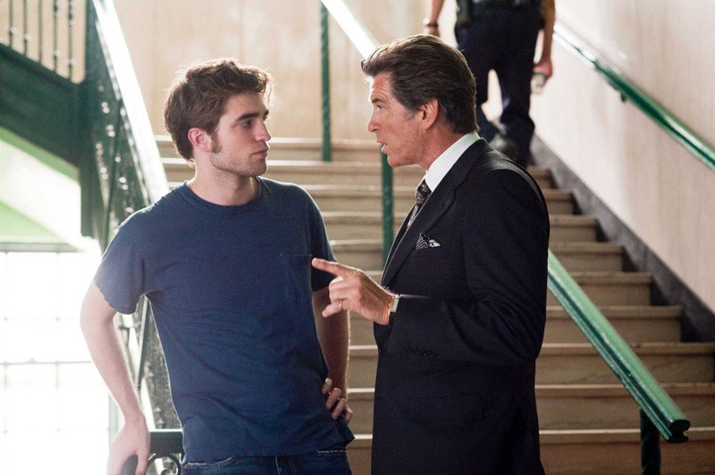 Charles (Pierce Brosnan) discute con il figlio Tyler (Robert Pattinson) nel film Remember Me