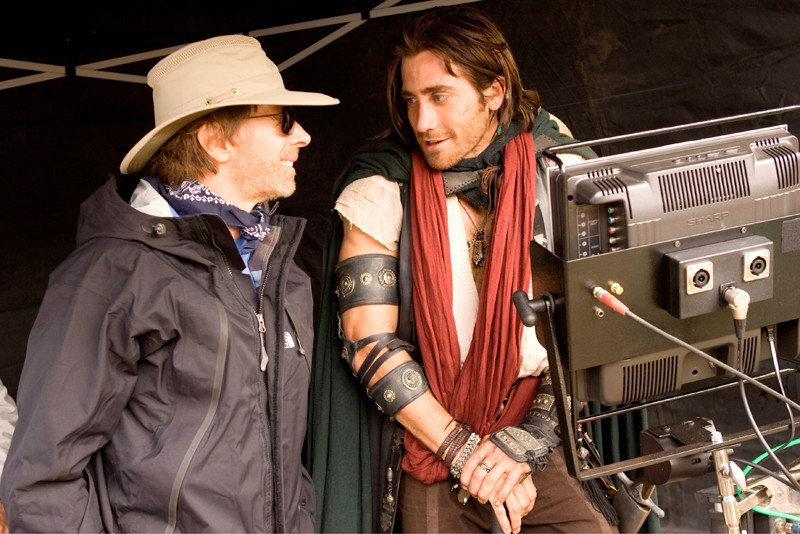 Jake Gyllenhaal scherza con Jerry Bruckheimer sul set del film Prince of Persia: The Sands of Time