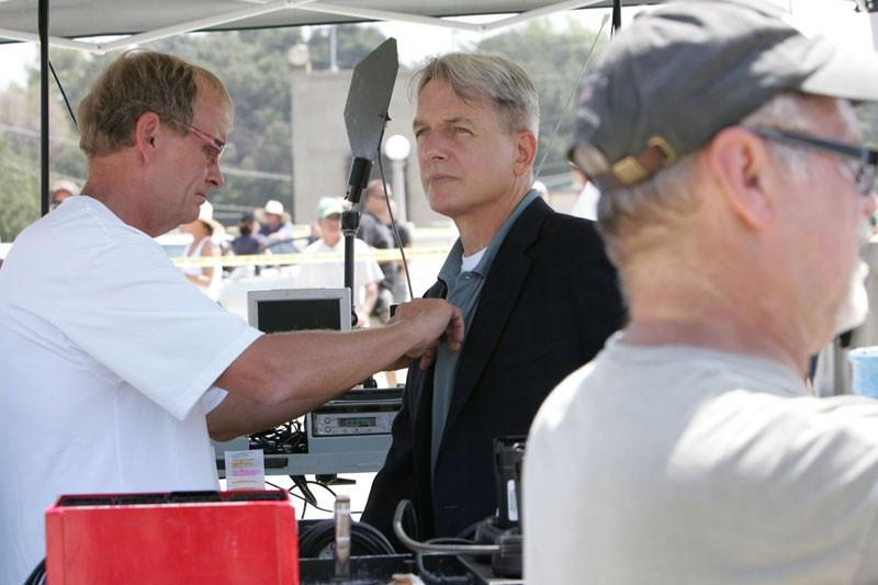 Mark Harmon e alcuni tecnici sul set dell'episodio The Inside Man di Navy NCIS