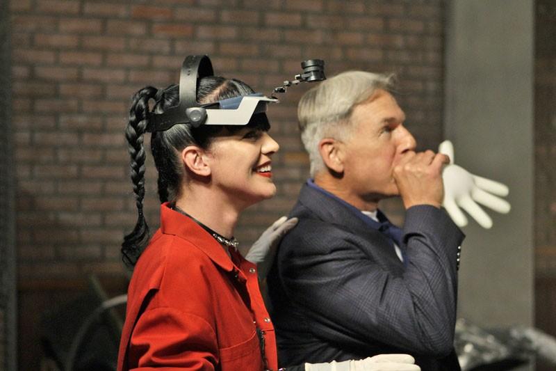 Pauley Perrette e Mark Harmon scherzano sul set dell'episodio Outlaws and In-Laws di NCIS - Unità anticrimine