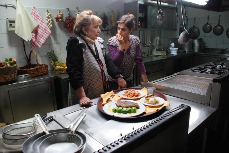 Piera Degli Esposti e Diane Fleri sul set di Come si deve, interno cucina.