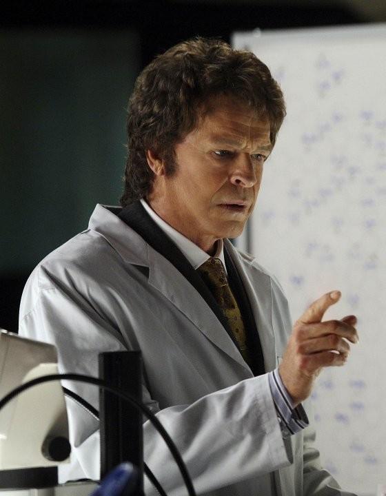 Un John Noble ringiovanito nell'episodio Peter di Fringe