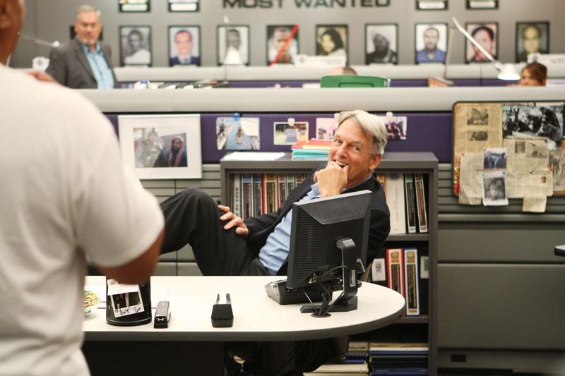 Un sorridente Mark Harmon sul set dell'episodio Truth Or Consequences di NCIS - Unità anticrimine