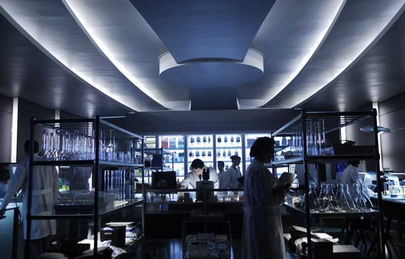 Una scena in laboratorio del film Daybreakers con Ethan Hawke