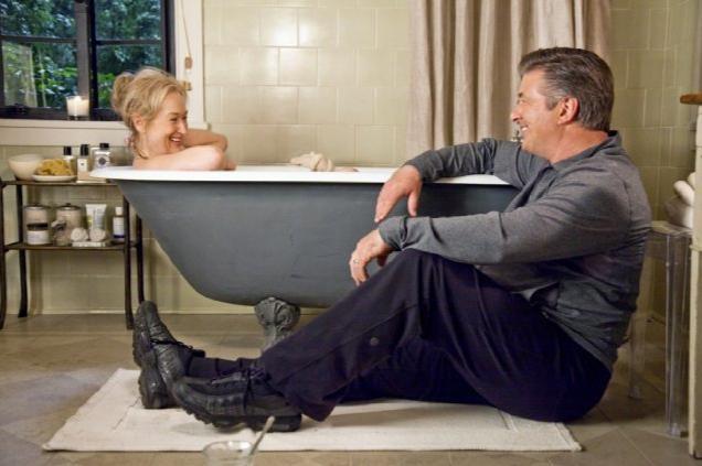 Alec Baldwin e Meryl Streep in una scena divertente del film E' complicato