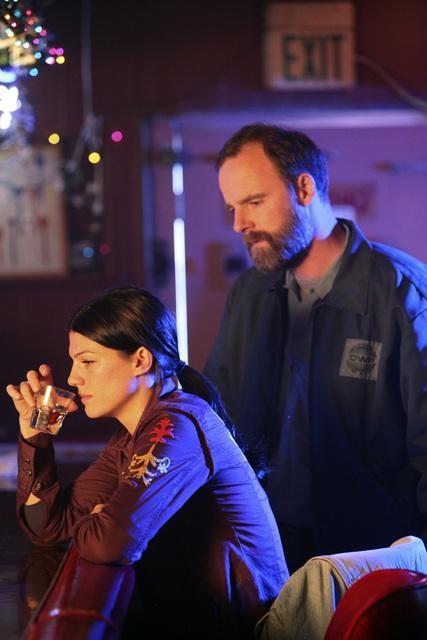 Genevieve Cortese e Brian F. O'Byrne in una scena dell'episodio Blowback di FlashForward