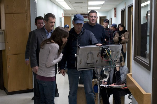 Il regista Martin Campbell insieme a Mel Gibson e agli altri attori del cast sul set del film Fuori controllo
